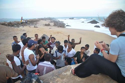 122 Atardecer en la playa, fiesta con locales y anochece en el templo en Kirinda (26)