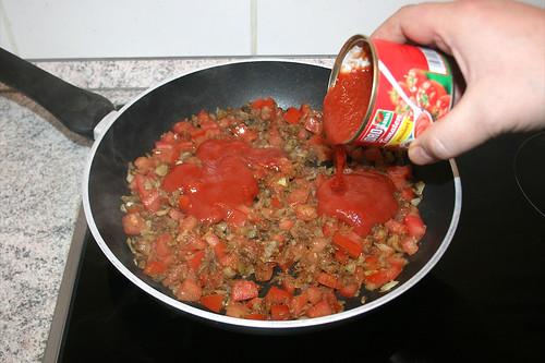 35 - Mit passierten Tomaten ablöschen / Deglaze with sieved tomatoes