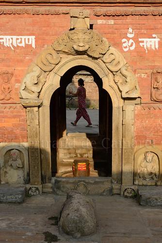 nepal sunset woman art vertical architecture temple asia femme ngc bull kathmandu asie nandi shiva coucherdesoleil nationalgeographic linga kathmanduvalley taureau katmandou 2013 bertranddecamaret