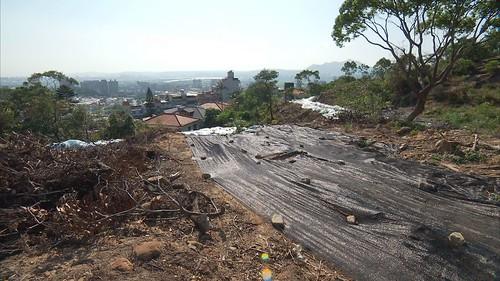 附蓋裸漏地表防止土石崩落。