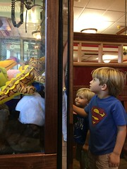 Claw game at Friendly's by Guzilla