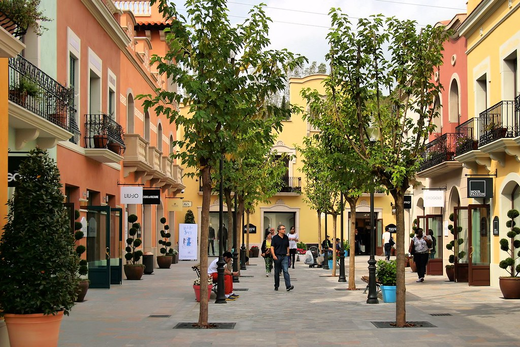La Roca Village: Chic Outlet Shopping