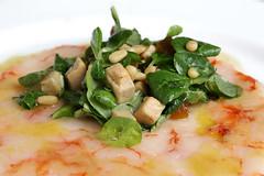 Carpaccio di gamberi tiepido, valeriana, foie gras, mostarda piccante, pinoli tostati e aceto di lamponi