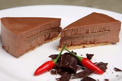 Torta al cioccolato Caraibe 66% e peperoncino, cuore al mou