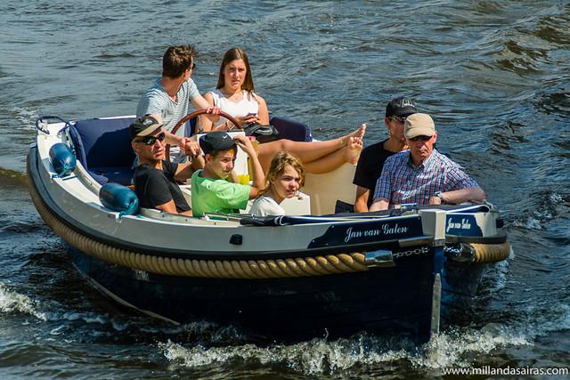 Familia marinera de paseo por los canales