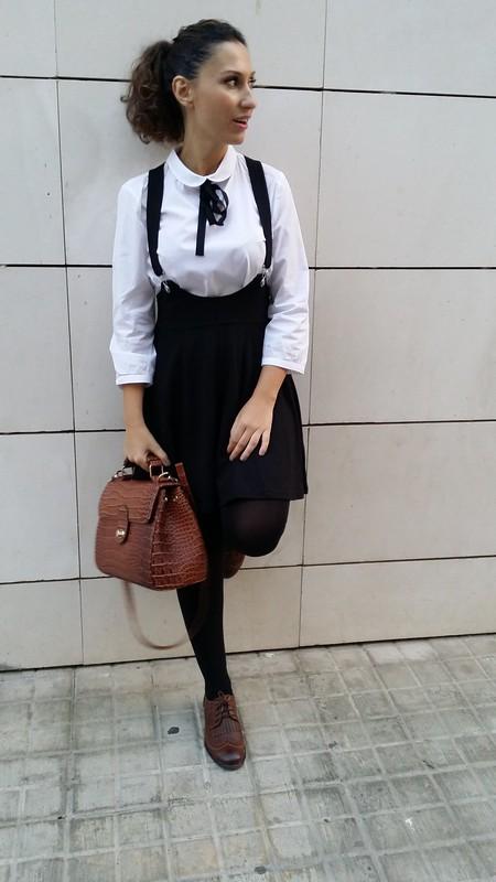 College, blusa blanca con lazada negra, pichi negro, zapatos Oxford marrones, maletín, white blouse with black bow, black pinafore, brown oxfords, suitcase, Mango, H&M, Calzedonia, Aliexpress, Parfois