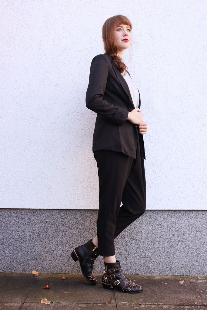 How to style a suit woman - smoking blazer schwarz - boots und blazer
