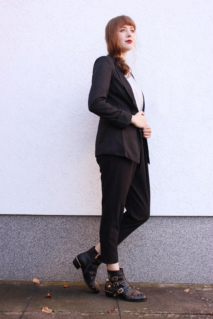 How to style a suit woman - smoking blazer schwarz - boots und blazer