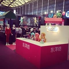 中国国际纺织面料及辅料博览会:最后天 Intertextile Shanghai apparel fablics インテキ上海もついに最終日。こういう世界中から企業とバイヤーが集まって熱気ある展示会は面白い。 #shanghai #china #toyobo #textile  #moe #萌え #萌 #上海 #東洋紡