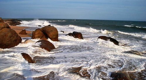 113 Atardecer en la playa, fiesta con locales y anochece en el templo en Kirinda (3)