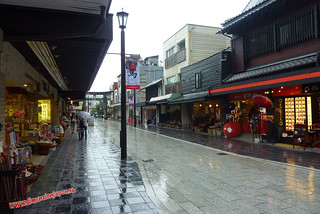 P1060462 Calle de tiendas hacia la estacion (Dazaifu) 12-07-2010 copia