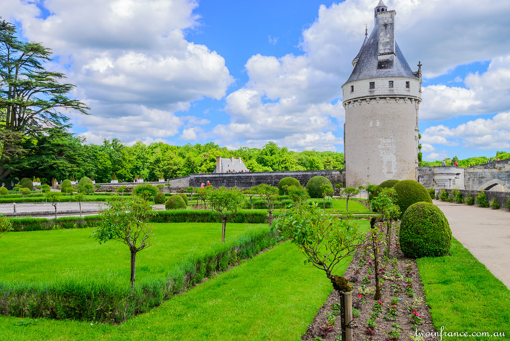 The women of chenonceau two in france for Jardin de catherine reims
