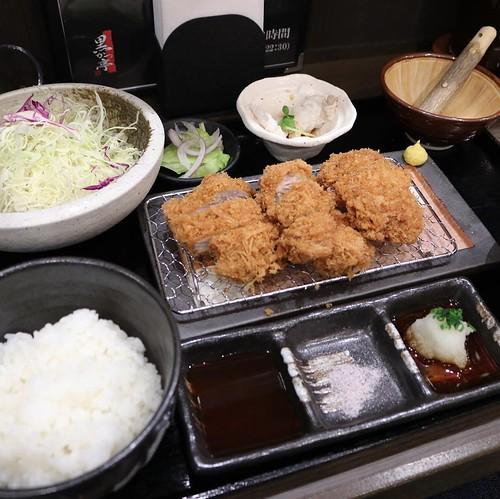左から、ひれ、ひれ、ロース。お好みでゴマをすってソースに混ぜて。 #黒かつ亭 #東京駅一番街 #pr_conecc