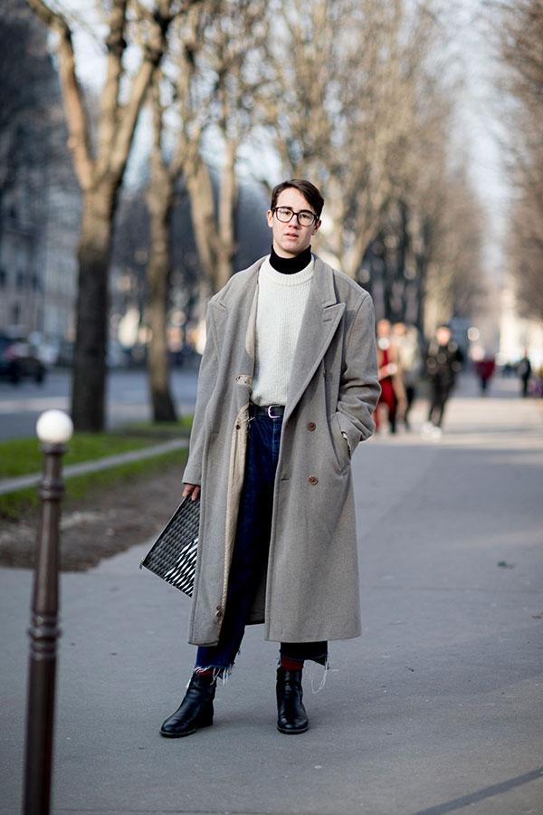 グレーダブルボタンロングコート×白セーター×黒ハイネック×カットオフデニムパンツ×黒ブーツ