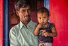KANATAKA : UN PÈRE ET SON ENFANT DANS UN VILLAGE PRÈS D'HAMPI