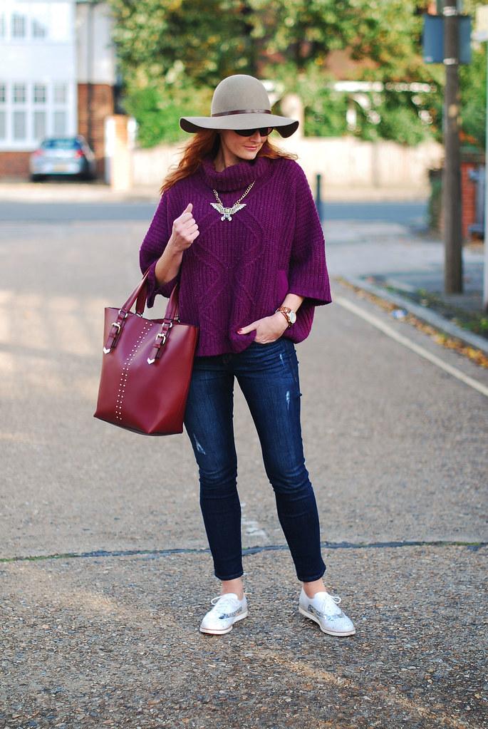 Seventies style - oversized purple knit, floppy hat
