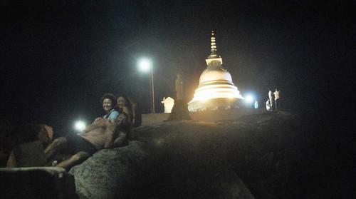 126 Atardecer en la playa, fiesta con locales y anochece en el templo en Kirinda (41)