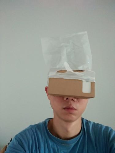 ภูมิปัญญาชาวบ้าน เพราะ Google Cardboard ไม่มีอุปกรณ์สำหรับยึดกับศีรษะผู้ใช้งาน