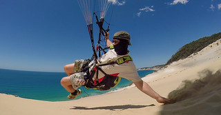 Imagem de Carlo Sandblow. paragliding rainbowbeach wagas
