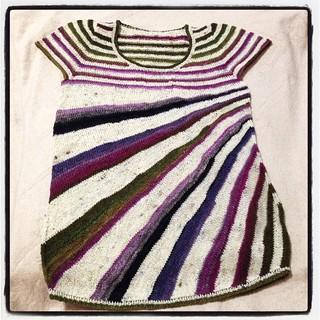 裾と襟のリブの段数を減らして袖も最短にしたらギリ足りた( ー`дー´)キリッ