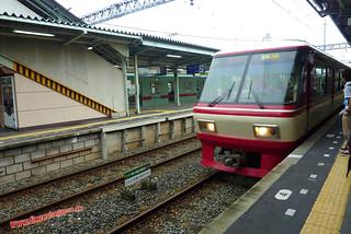 P1060371 Trenes en una desconocida estacion al pasarnos de parada (Fukuoka-Dazaifu) 12-07-2010 copia