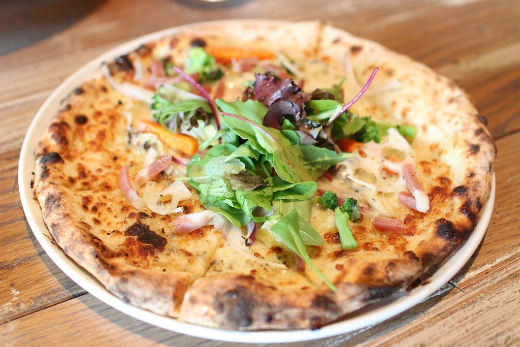 セストセンソ アッカ_生ハムと季節野菜のピッツァ黒トリュフクリームソース