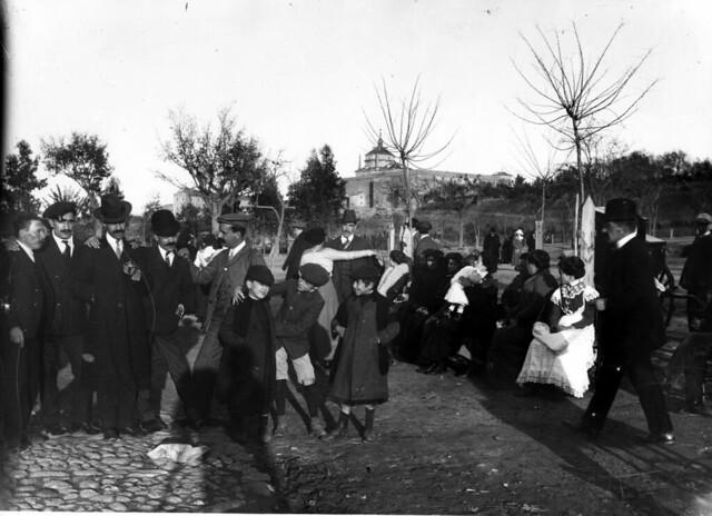 Fiesta del árbol en el campo escolar junto al circo romano de Toledo a comienzos del siglo XX en 1906 © Fondo Rodríguez de la JCCM, Archivo Histórico Provincial de Toledo. Signatura PA-CAJA3-29