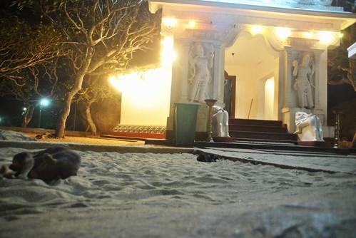 128 Atardecer en la playa, fiesta con locales y anochece en el templo en Kirinda (44)