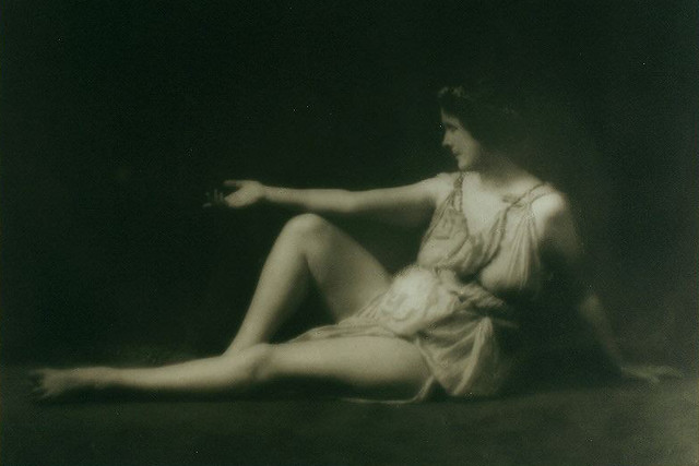 Isadora Duncan in a Grecian-inspired pose and wearing her signature Grecian tunic (Creative Commons)