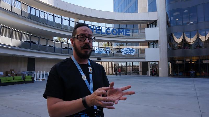 자포스 본사는 투어신청을 하면 1시간 남짓동안 직원들이 가이드해 준다 (CC BY-SA @jennifer)