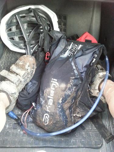 mochila de trail running sucia de barro