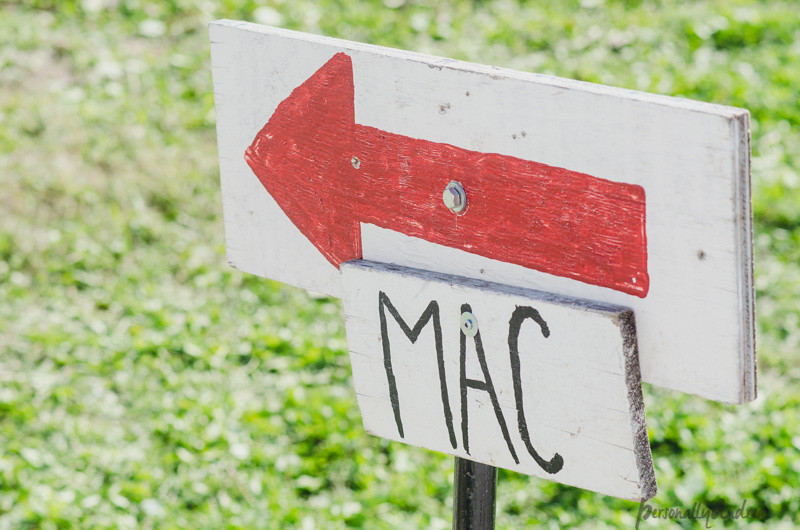 Apple Picking in Ontario | Mac sign with arrow | personallyandrea.com