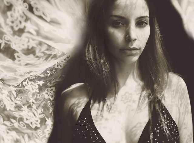 Anna Theodora - uma u00fanica verdade nesse jogo de espelhos calculado: a dor e o que ela promete