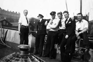 Miehistö viettää sunnuntaipäivää vartiolaiva Merikotkan kannella Helsingin Katajanokalla 1930-luvulla