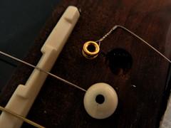 Saite einer Gitarre mit Bridgepins wechseln