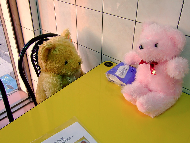 084-伊瑪斯餐廳裡的小熊玩偶_02-2
