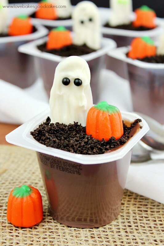 Ghost in the Graveyard Halloween Pudding Cups are an easy to make dessert perfect for the kiddos (or adults!) in your life! #SnackPackMixins#shop