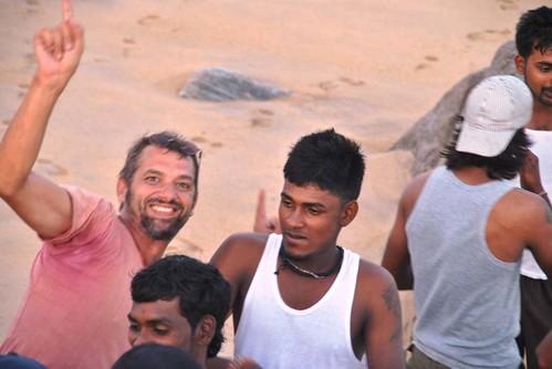 123 Atardecer en la playa, fiesta con locales y anochece en el templo en Kirinda (28)