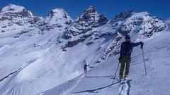 Podejście na przełęcz Coli de Punta Fuora 3108m. W oddali szczyt Gran Paradiso 4061m. Kamil.
