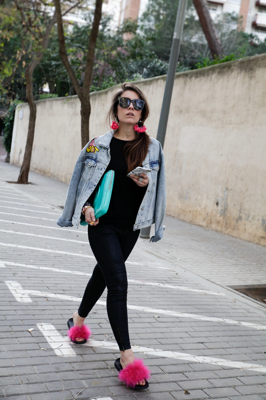 010_black_look_with_pink_fluffy_sandals_theguestgirl_laura_santolaria_noholita_dulceida_collagevintahe_sincerlyjules