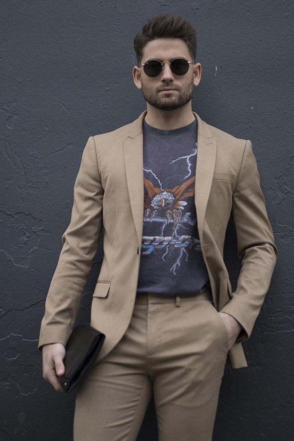 ベージュスーツ×黒Tシャツ