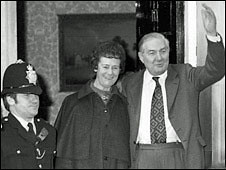 Immagine di 10 Downing Street. uk london 1979 metropolitan 1976 primeminister downingstreet haroldwilson jamescallaghan canonrow cannonrow audreycallaghan pcmickburrows