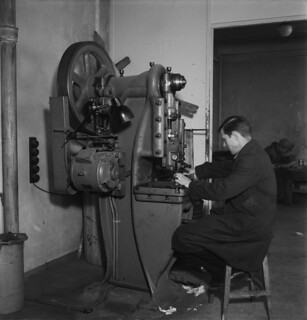 An employee working with a press machine in Yleisradio's workshop, March 1946.