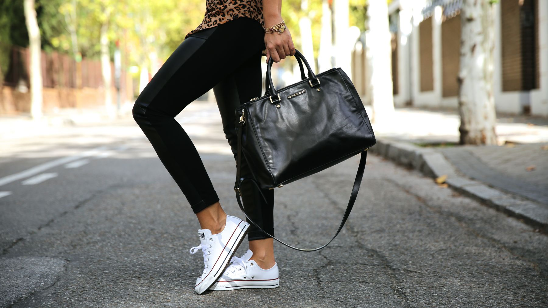 trendy_taste-look-outfit-street_style-ootd-blog-blogger-fashion_spain-moda_españa-leo_print-leopardo-converse-all_star-michael_kors-leggings-clubmaster-3