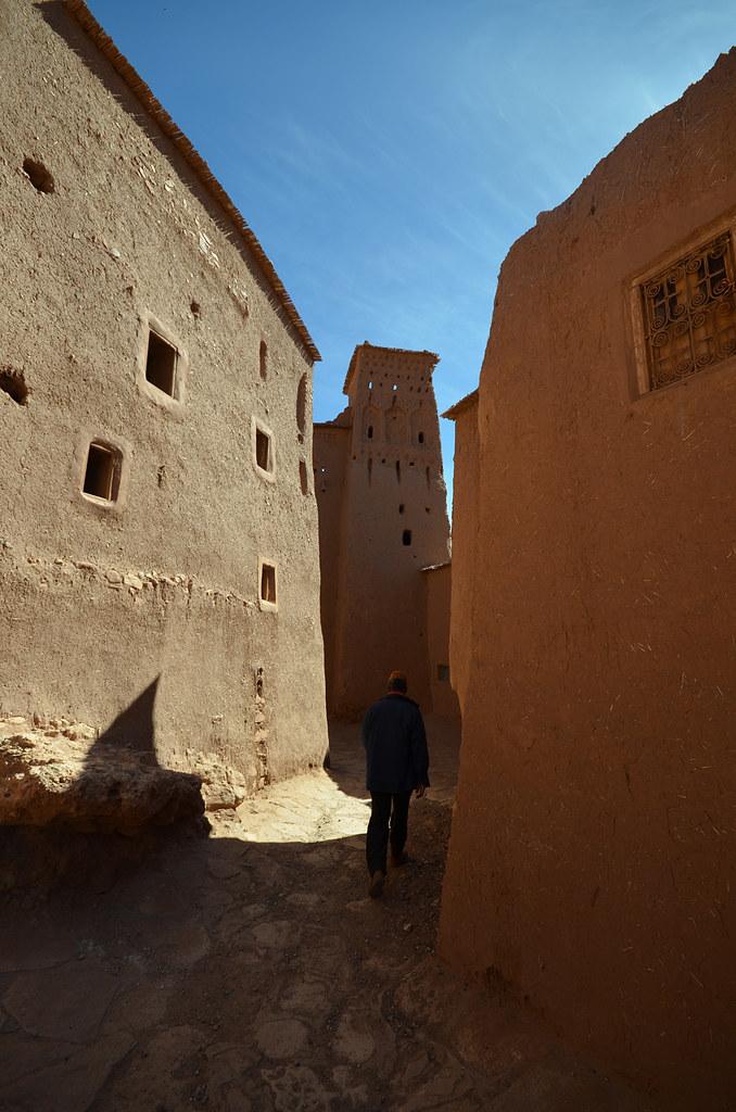Interior de la Kashbah Ait Benhaddou con paredes de adobe