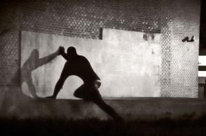 foto de hombre empujando su sombra contra la pared