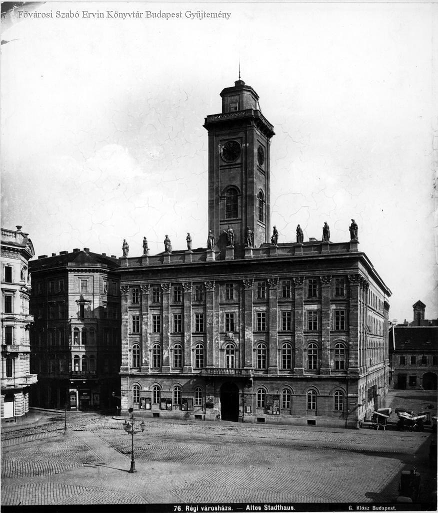 Régi Városháza, Ellinger Ede fényképész műtermének kirakata a Kígyó utca sarkán. Eskü téri piac., 1877