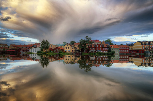 trees houses sunset sky lake clouds buildings reflections landscape sweden gamlastan sverige oldtown eskilstuna waterscape eskilstunaån tingsgården
