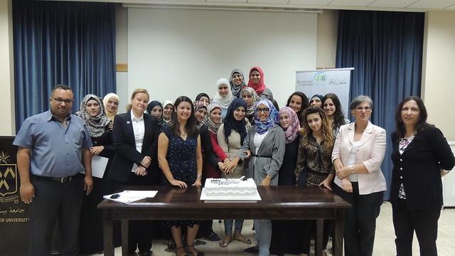 الخريجين مع بعض افراد طاقم برنامج العلاج الوظيفي في جامعة بيت لحم والدكتورة ايرين هزو، نائب الرئيس للشؤون الاكاديمية