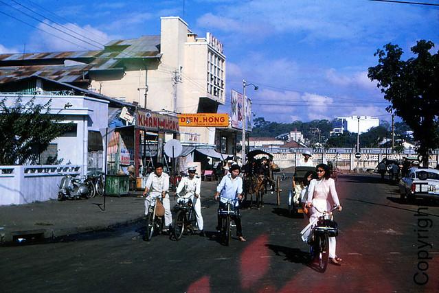 Saigon 1965-66 - Photo by Horst Viergutz - Rạp DIÊN HỒNG góc đường Yersin và Phạm Ngũ Lão